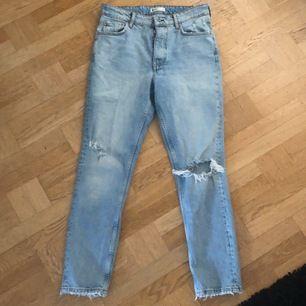 Storlek 40 men skulle säga att dom är 38❤️på folk med storlek 40 skulle dom nog mer sitta som straight jeans och på folk som har storlek 38 skulle dom mer sitta lite mom jeans har storlek 34 och 36 i jeans och dessa passa men är för stora i midjan😭