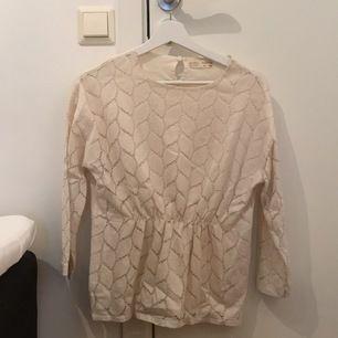 """En """"benvit"""" blus från Zara girls. Storlek 13/14, 164. Använd ca 2 gånger. Går som en volang i mitten av blusen. Frakt tillkommer"""