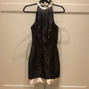 Jätte vacker & other stories klänning som tyvärr aldrig blev använd och är nu för liten :( är najs cute 90 tals vibe.