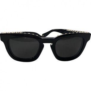 Unika Givenchy solglassögon med guld studs. Kommer med fodral, har ej kvar kvittot. Några små repor på glasen men ingen som tydligt syns. Kan diskutera pris vid snabb affär!