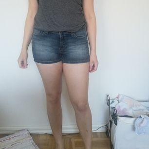 Fina jeansshorts från Hm/logg, sparsamt använda. Jättefint skick. För små för mig (160 cm/60 kg). Strl 27. Passar den som har strl 36/S. Avhämtning Stockholm alt tillkommer frakt.