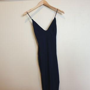 Jättefin bodycon klänning i marinblå färg. Oanvänd med lappar kvar. Köparen står för frakt.