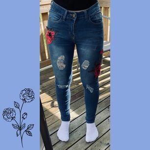 Jeans med slitningar och broderier i form av rosor. Använt skick. Stl M, men mer som S. Betalning sker via swish.          45kr+frakt!🥰