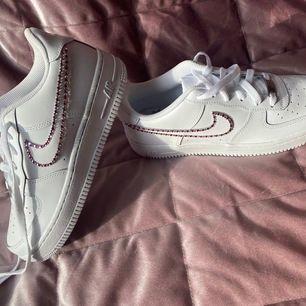 Custom made Nike air forces i storlek 37,5. De är oanvända och gjorda av högkvalitativa verktyg och material som håller och de glimrar fint i solen💖💖 Dessa klassiska skor med en lyxig touch kan puffa upp alla möjliga outfits och är ett måste i garderoben!