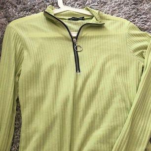 Neon grön tröja med svart kedja