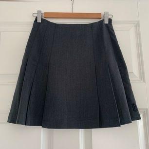 En bondelid kjol i storlek 34 som är helt oanvänd💕Köparen står för frakten som ligger på 65 kr och betalning sker via swish💕 Kontakta mig för fler bilder💕