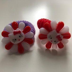 """Supergulliga Hello Kitty-tofsar🥺🎀🤍 """"Blommorna"""" är 3 cm breda (se sista bilden för storleksreferens). Köparen står för frakten (11 kr)🤗"""