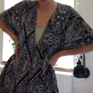 Supernice kimono från monki som är perfekt till stranden. Storlek xs/s men passar nog alla storlekar