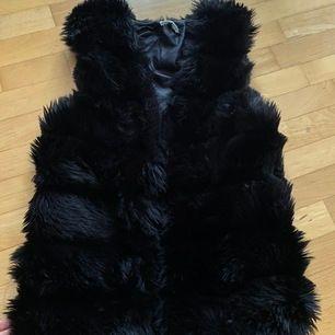 Säljer en svart päls väst som är använd fåtal gånger. Inte äkta päls!. Storlek: s/m, hör av er för fler bilder.