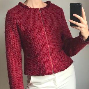 Super söt röd vintage jacka i toppskick. Hör av dig vid frågor och fler bilder på jackan 🥰🌷 Frakt 63 (spårbar).