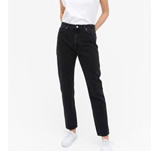 Svarta extra långa mom jeans med en lite vintage look! De är tvättade så därmed färgen men de såg typ ut så när de köptes så inte så stor skillnad💓 frakt tillkommer🦋