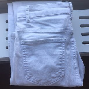 Supersköna stretchiga vita jeans från bikbok med snygg passform. Använda en gång, så i nyskick. En liten ögla har gått upp i sömmen på bakfickan, men inget som märks och går säkert att fixa för den som vill(var så när jag köpte dem).