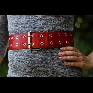 Snyggt rött bälte med dubbla hål i silverdetaljer. Lätt att matcha, går att ha både i midjan som runt höfterna. Fint skick. Finns för avhämtning i Malmö, alt kan skickas (mot att köparen betalar frakten). Betalning via swish.