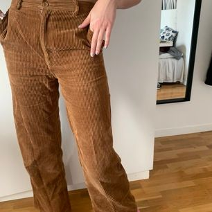 Bruna manchester byxor från H&M i väldigt fint skick tyvärr för korta för mig, köpta för 499kr men säljer för 200!🦋