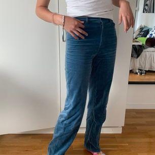 Jättefina byxor från &otherstories köpta för drygt 900💕 fin ljusblå färg men tyvärr försmå för mig. Modell är 181 cm lång