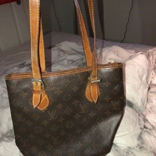 Säljer nu min louise Vuitton väska som jag fick utav min mormor för något år sedan. Den ska vara äkta men har inga äktinghetsbevis därav priset. Super fin väska!! Lv buket, budgivning avslutas 5/7 senaste bud: 700kr