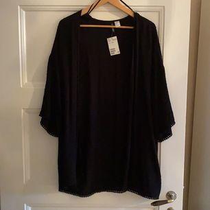 Svart kimono från H&M helt oanvänd. Strl S men oversize och luftig så passar nog större storlekar med 💗🦋