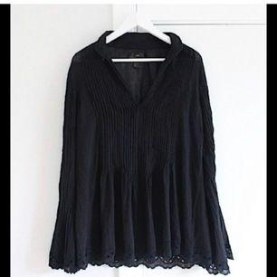 Så fin svart blus med fina detaljer från H&M Autumn Collection 2013. Aldrig använd!! Dyr vid inköp så passa på att fynda till riktigt bra pris! Passar även mindre storlekar!