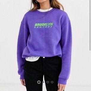 Helt ny sweatshirt köpt på asos, inte riktigt min stil så säljer den. Den är oversized så den passar xs-m beroende på önskad passform, från daisystreet. Buda i kommentarerna, bud avslutas tisdag 7 juli 20.00 (frakt 79 kr)