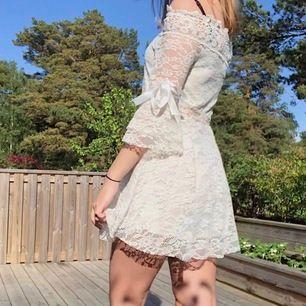 Offshoulderklänning med jättesöta rosetter vid armarna köpt på yesstyle. Endast testad så den är som ny. Står ingen storlek men jag tippar på XS/S, passar mig bra som är 170 lång. Frakt tillkommer :)