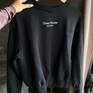 En oversized sweater från Cheap Monday! Storlek M och sitter perfekt oversized på mig som vanligtvis har S! Använd förtal gånger så är i nyskick, fraktas mot kostnad, KRAM
