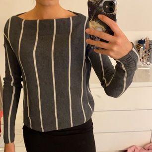 Randig stickad tröja från Zara. Sitter tajt i armarna men löst i övrigt, är i storlek S.