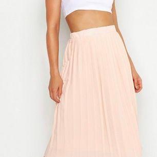 Helt ny kjol! Beställde från boohoo. Fick den förra onsdag men jag va för snabb med att ta bort prislapp då jag inte ens fick på mig den. Det står storlek 40 men det är den inte då jag har vanligen storlek 40. Mer en 36/38. Den går till knäna! midiskirt