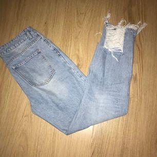 Jättesnygga mom jeans från nakd storlek 38 men passar även 36 aldrig använda endast testade kontakta mig för mer info och bilder om så önskas