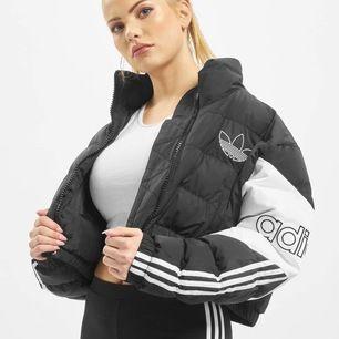 Intressekoll! 🌹  Adidas jacka i mycket bra skick. Slutsåld på hemsidan. Köpt i januari.