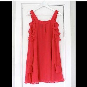 Fin rosa klänning i chiffong med volanger & öppna armar från ASOS. Sitter SÅ snyggt! Färgen är ännu finare i verkligheten, svår att få på bild. Aldrig använd, dock har sömmen gått upp pyttelite på ena volangen men det är inget som syns och lätt att fixa!