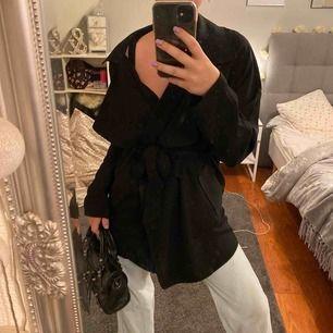 Trench coat från Gina tricot 💕 Säljer på grund av att jag inte använder den alls längre!  Fint skick då den knappt är använd. - köpare står för frakt