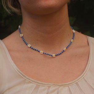 Handgjorda pärlhalsband 🌼  Armband+ fler färger kommer snart! 5kr av varje smycke går till barn och vuxna i Yemen. Till varje smycke med kommer en liten tygpåse sydd av tyg från second hand att förvara smyckena i
