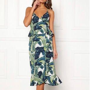 Säljer denna jättefina klänning som går att användas vid t.ex fika med ett par vänner eller om man vill känna sig lite extra fin. Bra kvalité & är fortfarande i bra skick, då den är använd 1 gång. Dm:a mig gärna vid frågor eller annat. Pris kan diskuteras