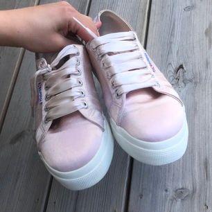 Hur fina skor som helst i den snyggaste rosa färgen!😍 Har alldeles för många skor och dessa behöver en ägare som faktiskt använder de lika ofta som de förtjänar😊