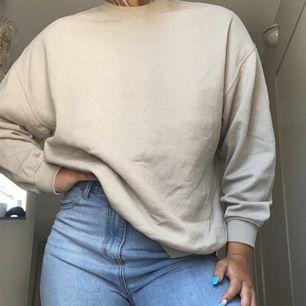 Skit snygg beige sweatshirt, från H&M. Storlek M och använd 1 gång.