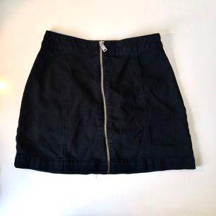 Söt minikjol med en dragkedja och detalj sömmar framtill. Jeans material. Använd 3 gånger. Storlek 32, passar både XS & S. Några trådar som sticker upp (bild 3) annars i bra skick. Sitter tight i midjan. Betalning sker via swish📱 du står för frakten📦😊