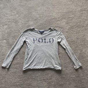 En Polo Ralph Lauren tröja i ett väldigt bra skick, med ett tryck på framsidan och en normal passform.