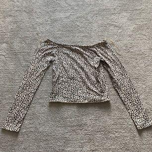 En leopard tröja från Gina tricot i ett väldigt bra skick, den är väldigt tight i passformen och slutar ungefär som en magtröja.