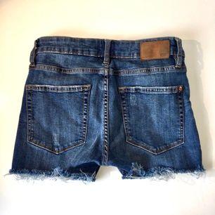 Fina slitna jeans shorts använda 1 gång. Storlek S. Bra skick. Säljer för de inte passar mig längre. Midwaist. Betalning sker via swish📱 du står för frakten📦😊