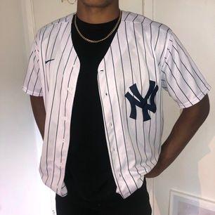 Baseball tröja i storlek M. Endast testad och aldrig använd. Passar både tjej och kille