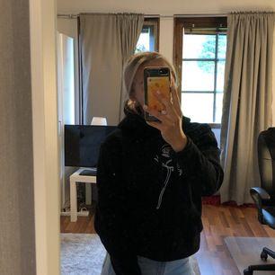 En cool elephant hoodie i nyskick säljer för att den inte kommer till användning. Kontakta vid frågor. Köpare står för frakt