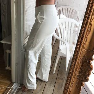 Vita byxor från bikbok i nyskick. Lappen kvar. Stängs med dragkedja i midjan. Jag är 164 å dom är pyttelite långa på mig. Har fickor! Köpt för många år sedan
