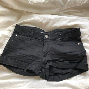 Svarta jeansshorts från Cubus i 34.