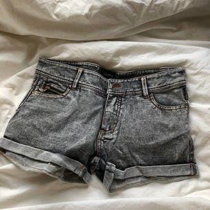 Mjuka shorts från Reserved i storlek 34.