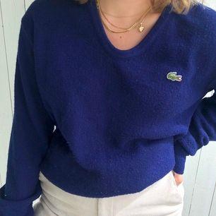 Stickat blå tröja från Lacoste i storlek L, jättefin men blir inte använd
