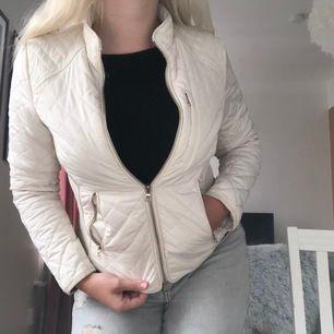 Säljer en jättefin vår jacka från Flash Woman i storlek XS. Säljs för 250kr. Kan gå ner i pris vid snabb affär.
