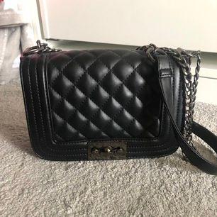 Nu är min väska från Gina Tricot till salu. Denna väska har använts 2 gånger och är i en lagom storlek för en kväll ute. Den är svart och passar till mycket. Nypris 350 kr.