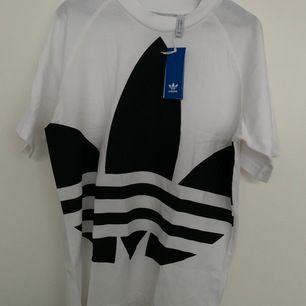 Helt ny adidas tshirt. Alla lappar kvar. Strl S killmodell. Köpte för att ha som oversize tshirt. 120kr + frakt 22kr.