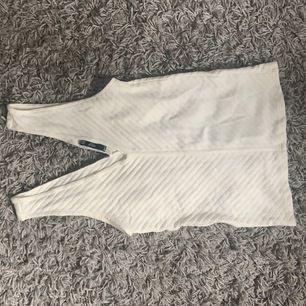 Supergulligt vitt linne i ribbat tyg med både urringning bak och fram 🤍 Perfekt nu i sommar och dessutom aldrig använt 🤍