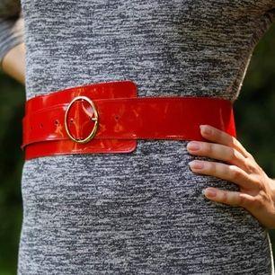 Rött vintage lackbälte med guldspänne. (Säljer även ett grått) Ännu ett bälte ifrån min stilikoniska mormor! 💄 Bra skick. Finns för avhämtning i Malmö, alt kan skickas (mot att köparen betalar frakten). Betalning via swish.